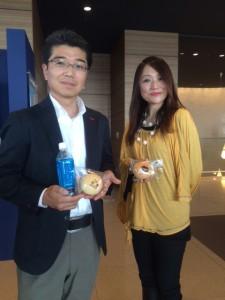 ちゃいさんと私の記念撮影。 ちゃいさんの焼き印入りのちゃいパンと新潟日報オリジナルウォーターを手に
